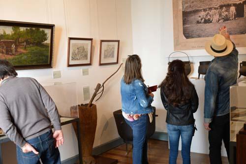 Visitantes observando cuadros