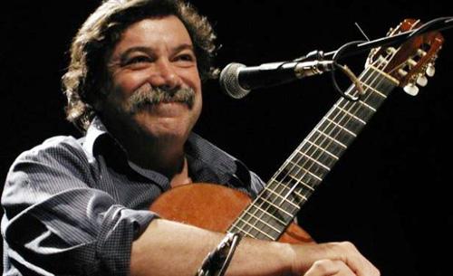Héctor Numa Moraes tocando la guitarra