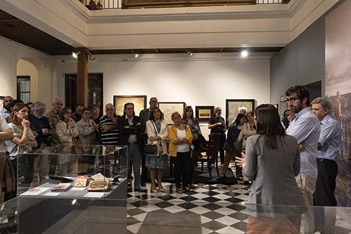Curadores y visitantes durante la inauguración de la exposición Imaginar, medir y ordenar. Mapas, planos y agrimensores en Uruguay en Casa Rivera