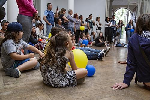 Parte del público presente durante la proyección y presentación de audiovisual sobre Matilde Pacheco realizado por los escolares